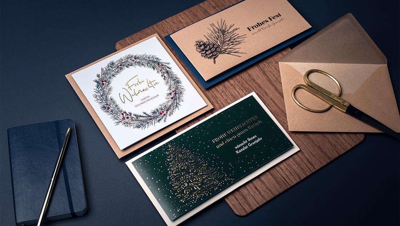 Edle Karten liegen auf Holztisch
