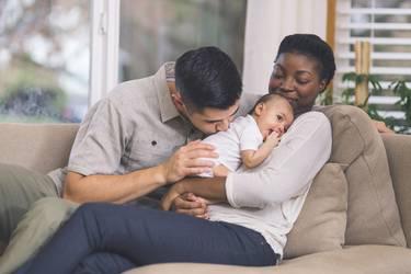 Glückliche Eltern betrachten ihr Baby mit spanischem Mädchennamen
