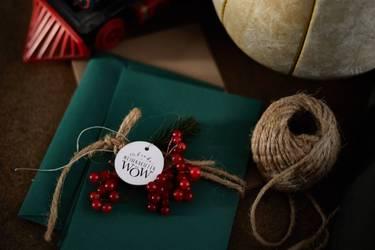 Junge Freundinnen tauschen Geschenke an Weihnachten aus.