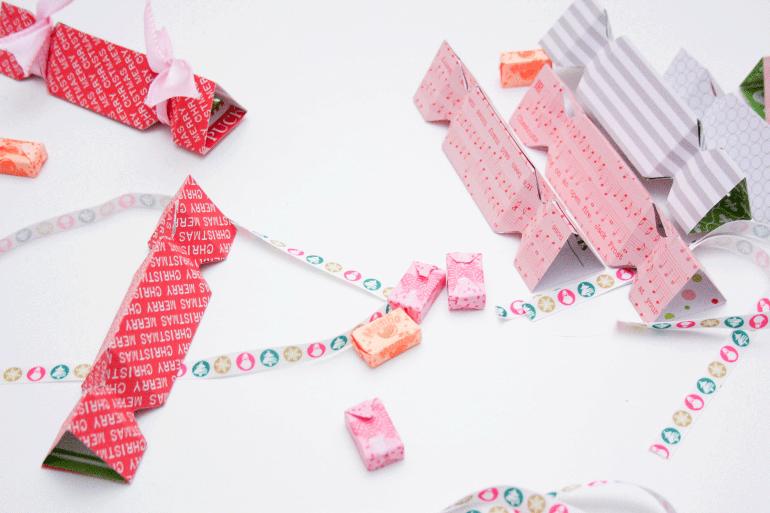 Adventskalender selber basteln: Bonbon-Form aus Papier wird gefüllt mit Süßigkeiten.