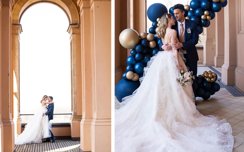 Das Hochzeitspaar bestehend aus Braut und Bräutigam posieren vor der Location für Fotos und schauen sich dabei verliebt und glücklich an.
