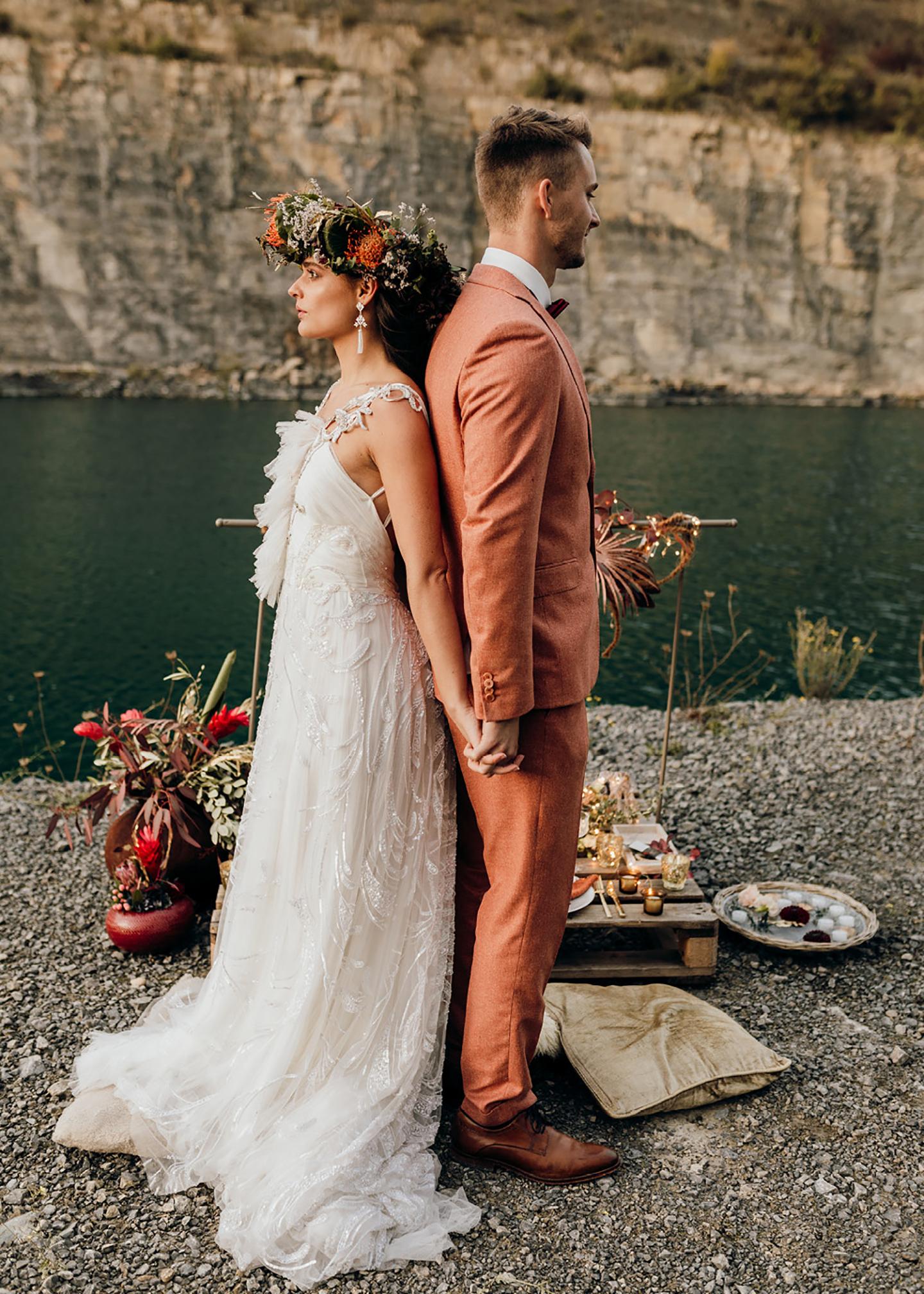 Paar in traumhafter Steinbruch-Location vor einem Baggersee