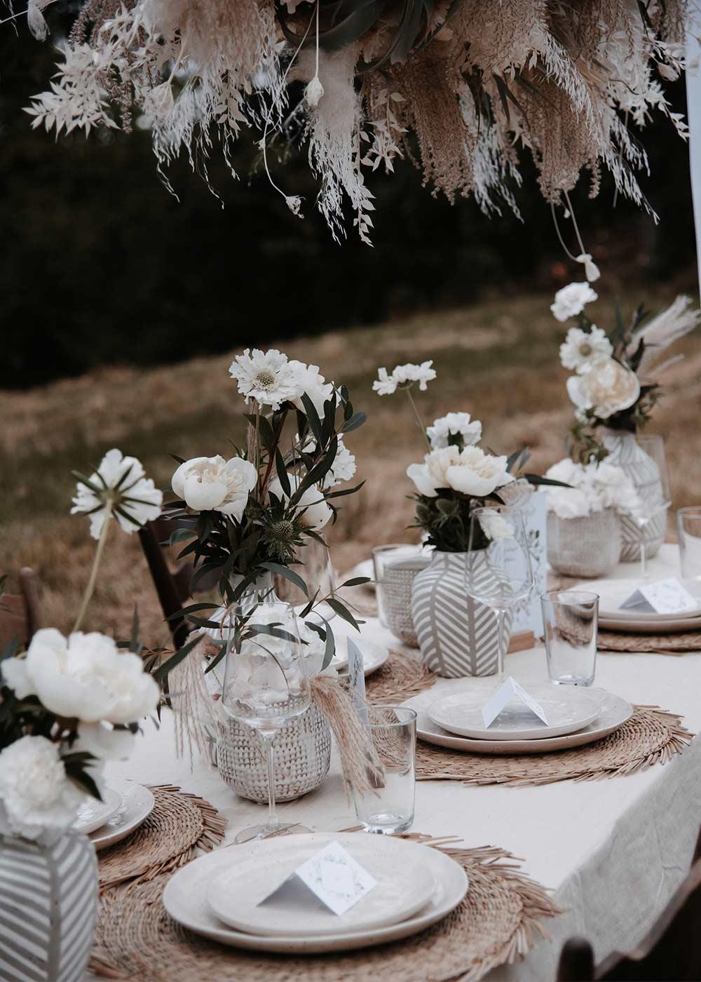 Der Hochzeitstisch ist wunderschön in Beige- und Erdtönen geschmückt.