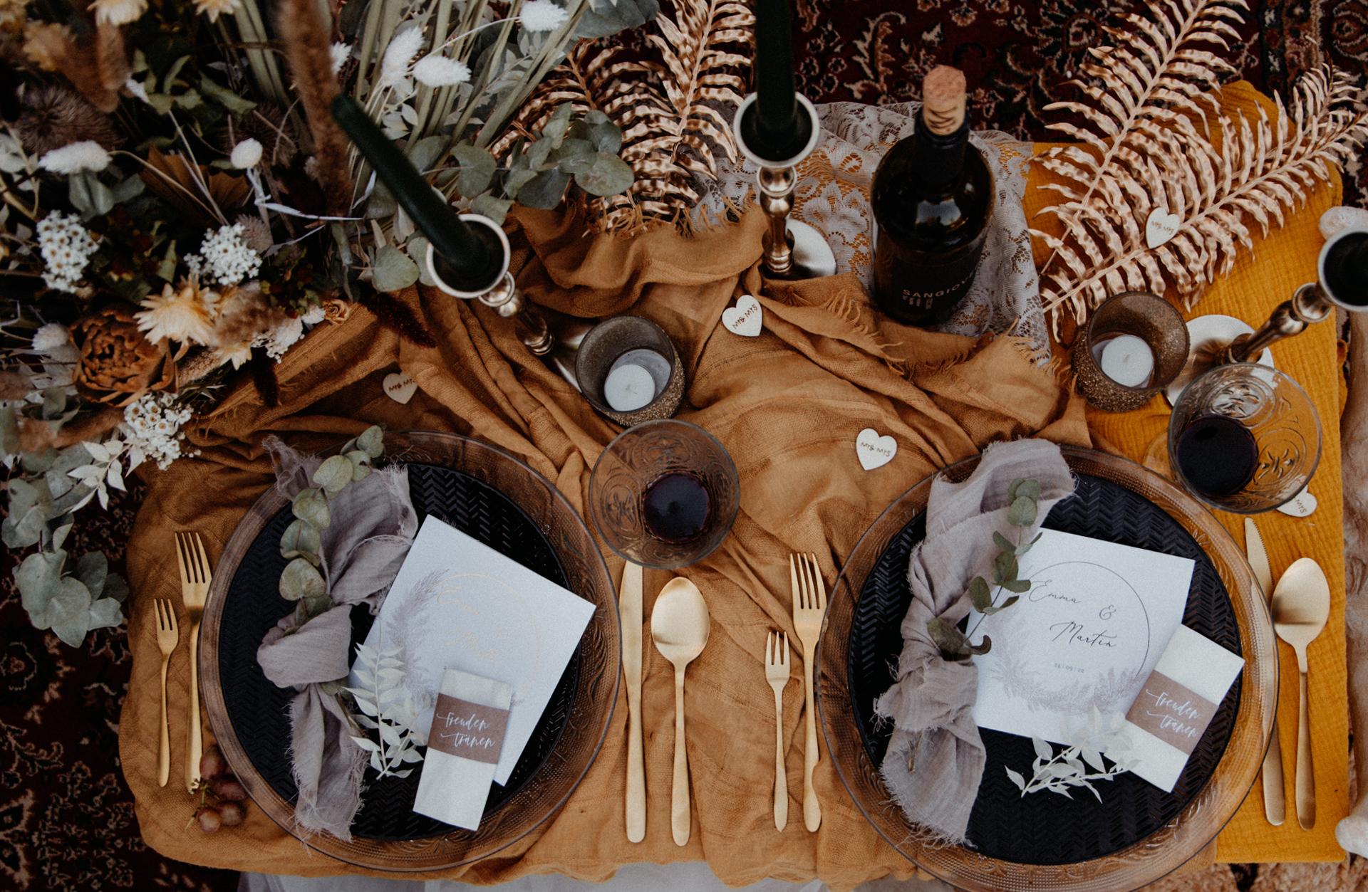 Picknick Hochzeit: Tischdekoration mit Kerzen, Trockenblumen und Leinentuch.