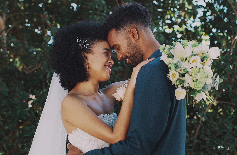 Nach der Trauung lächelt sich das Hochzeitspaar verliebt an.