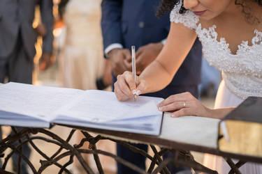 Mit euren Unterschriften auf der Heiratsurkunde besiegelt ihr eure Ehe auch gesetzlich.