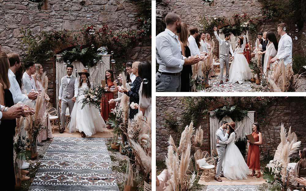 Die Stimmung bei den Gästen und dem Brautpaar nach der freien Trauung ist ausgelassen und fröhlich. Die wunderschöne Deko sticht auf den Fotos noch einmal besonders heraus.