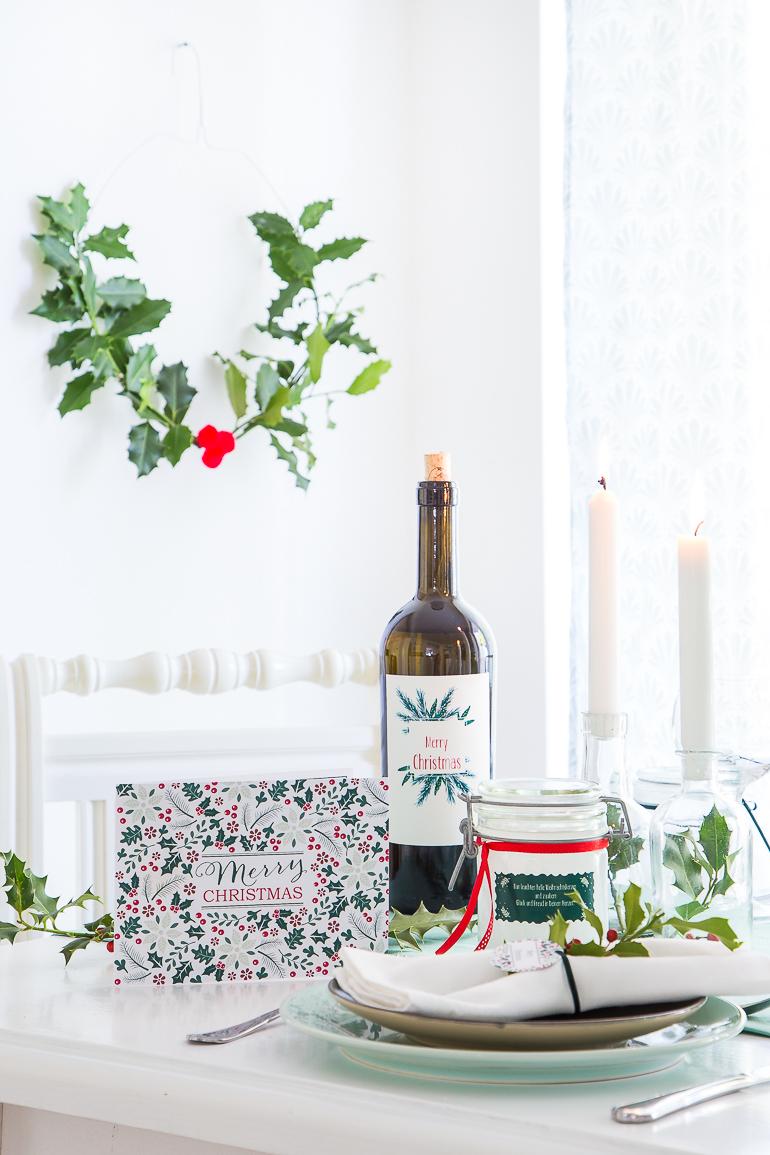 Weihnachtstischdeko selber machen: Flascheetiketten, Anhänger & Aufkleber runden den individuellen Look ab.