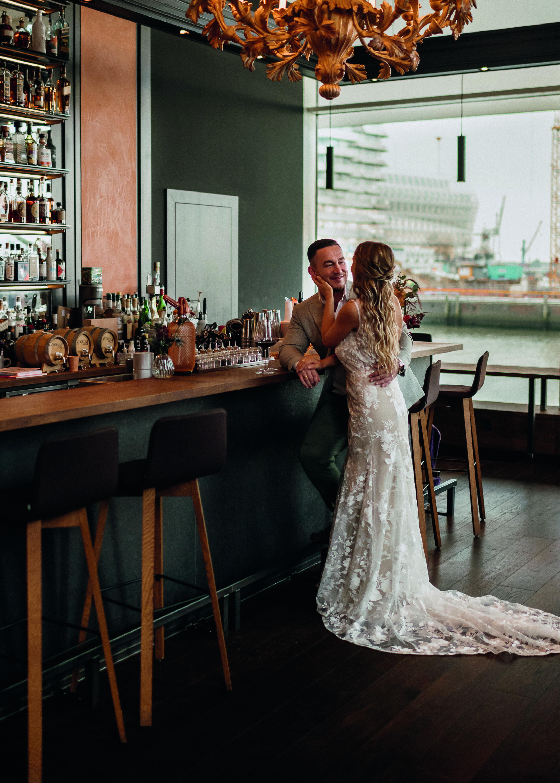 Brautpaar an der Bar