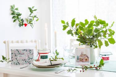 Weihnachtstischdeko selber machen leicht gemacht: mit grünen Zweigen und  kreativen Bastelideen.