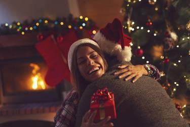 Mann und Frau tauschen Geschenke an Weihnachten aus.