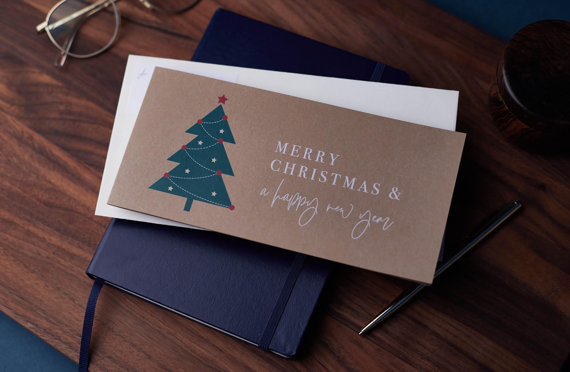 Geschäftliche Weihnachtskarte aus Kraftpapier mit Tannenbaummotiv.