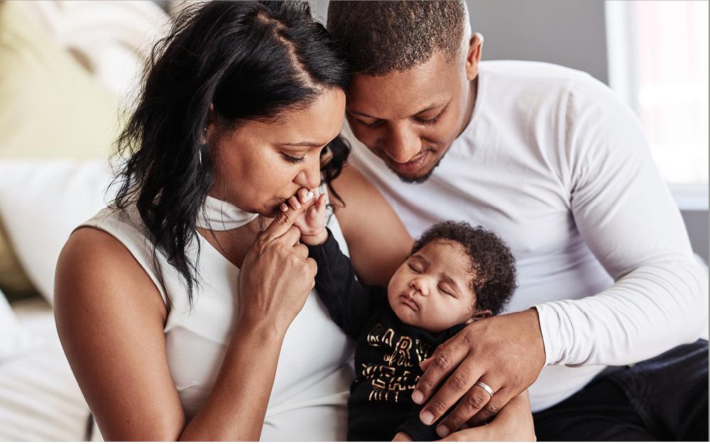 Süßer Säugling mit Eltern