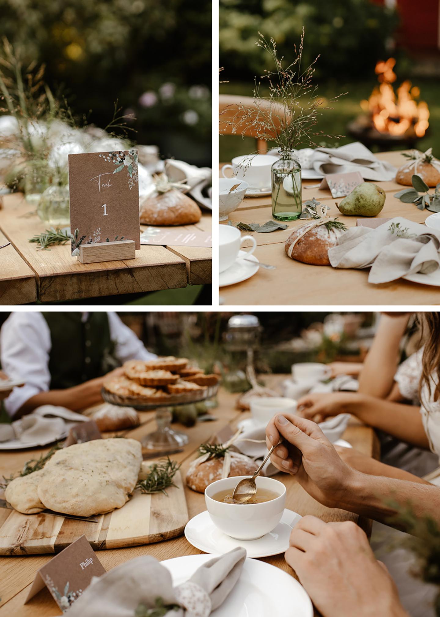 Die Papeterie hat den selben Stil wie die ganze Hochzeit: Das rustikale Naturpapier wird geziert von hellen Grüntönen als handillustrierte Pflanzenelemente. Zu sehen ist die Papeterie auf dem Tisch angeordnet.