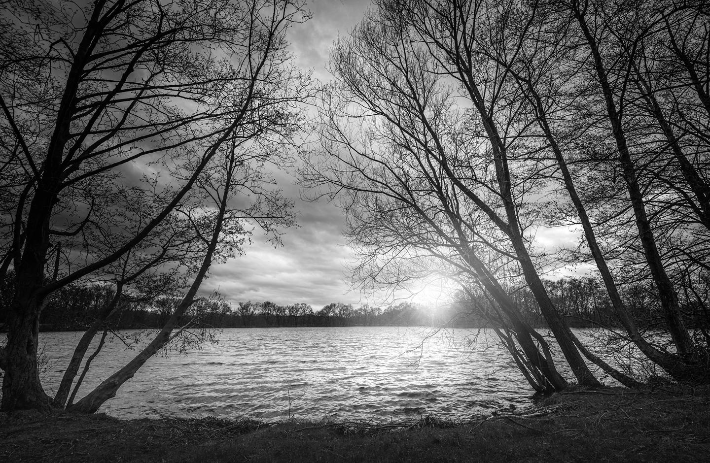 Ein See wird als Schwarz Weiß Bild gezeigt.