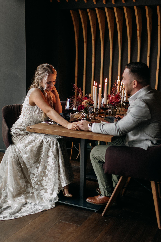 Brautpaar sitzt am Hochzeitstisch