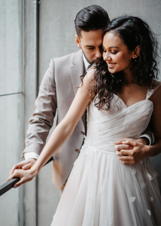 Verliebtes Brautpaar hält sich verliebt im Arm.