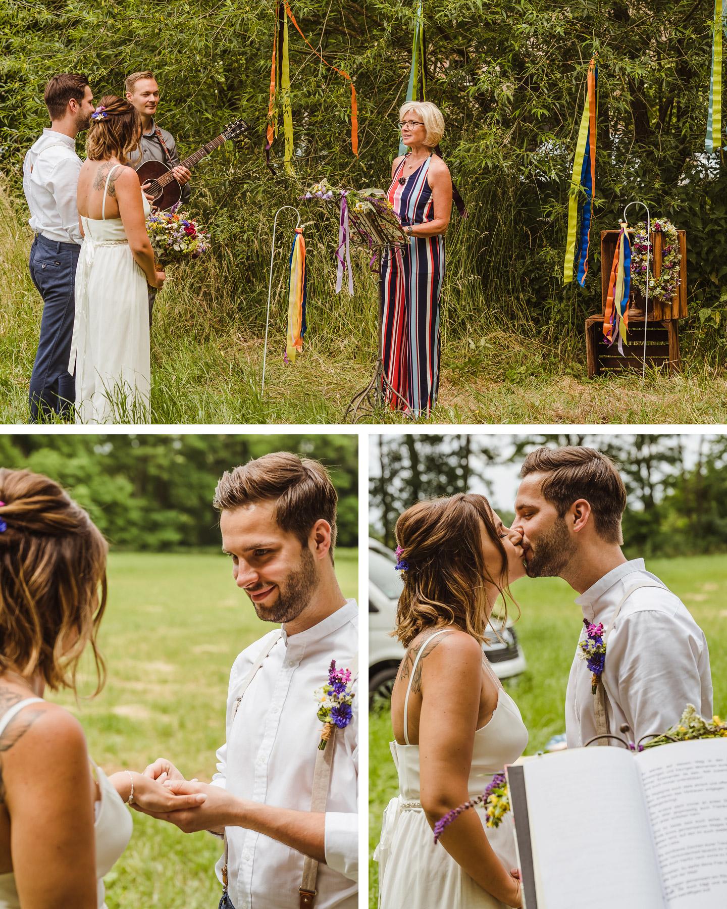 Hochzeitspaar und Traurednerin stehen auf einer Wiese für ein freies Trauungsritual.