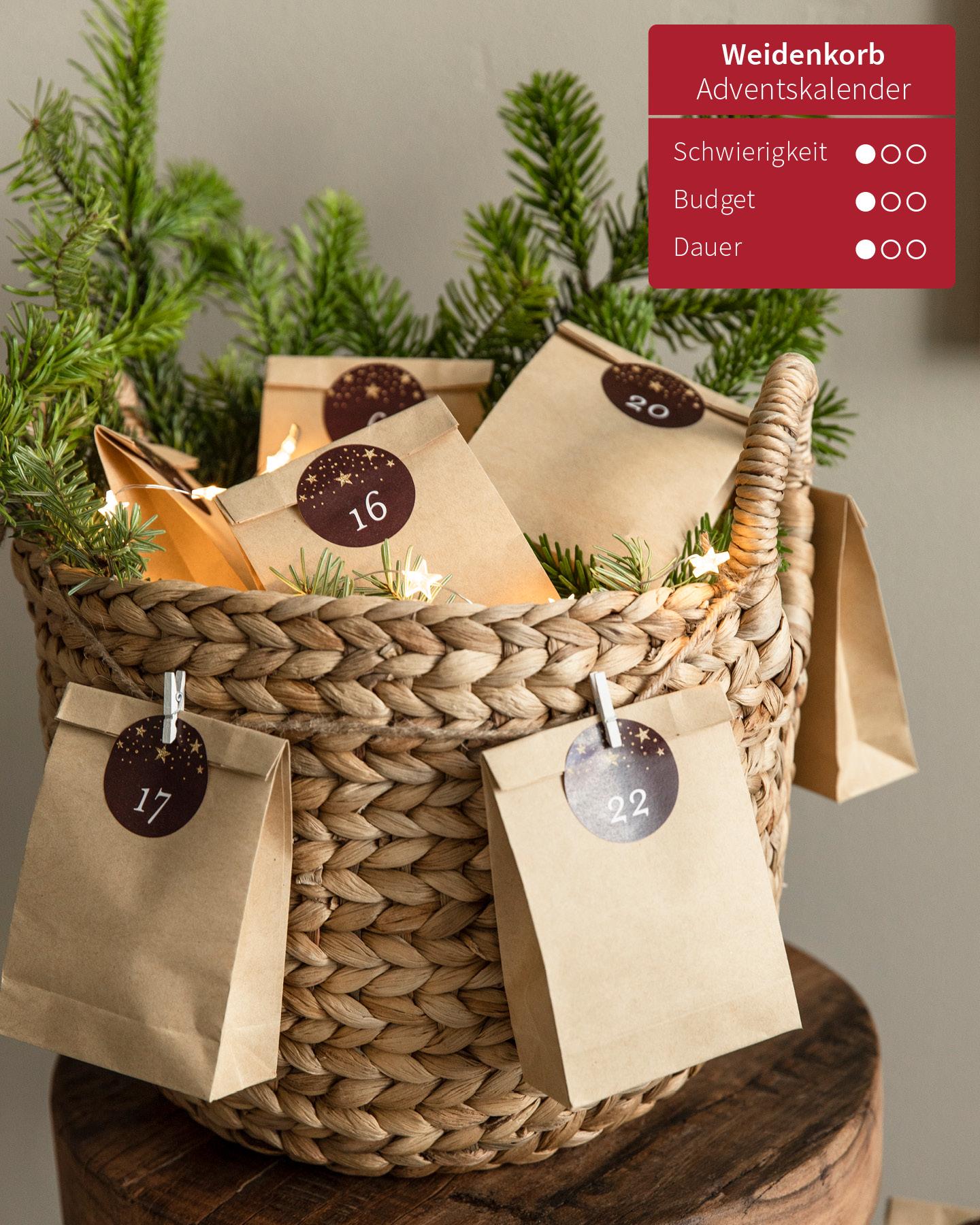 Weidenkorb gefüllt mit kleinen Tüten und Tannenzweigen ist ein selbst gemachter Adventskalender.