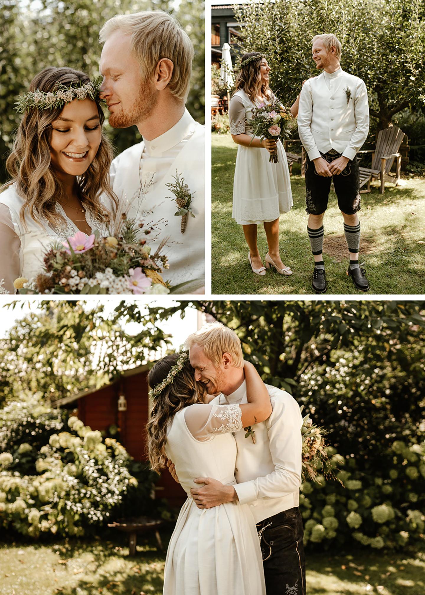 Das Hochzeitspaar steht im Garten nach der Trauung. Die Braut trägt ein Dirndl und der Mann eine bayrische Tracht. Sie küssen sich, albern herum und sind fröhlich.
