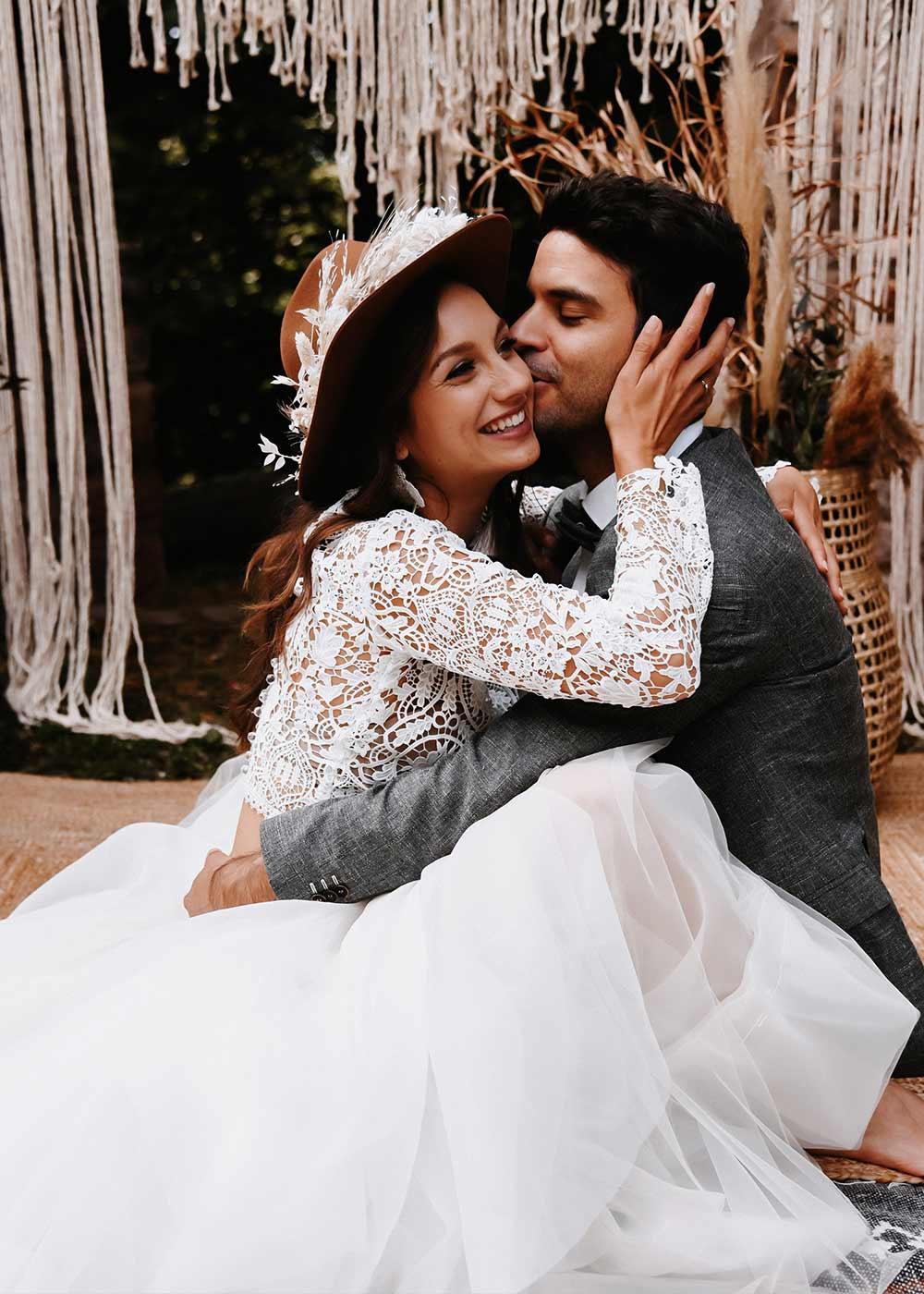 Glückliche Gesichter bei Braut und Bräutigam beim Brautshooting nach der Trauung.
