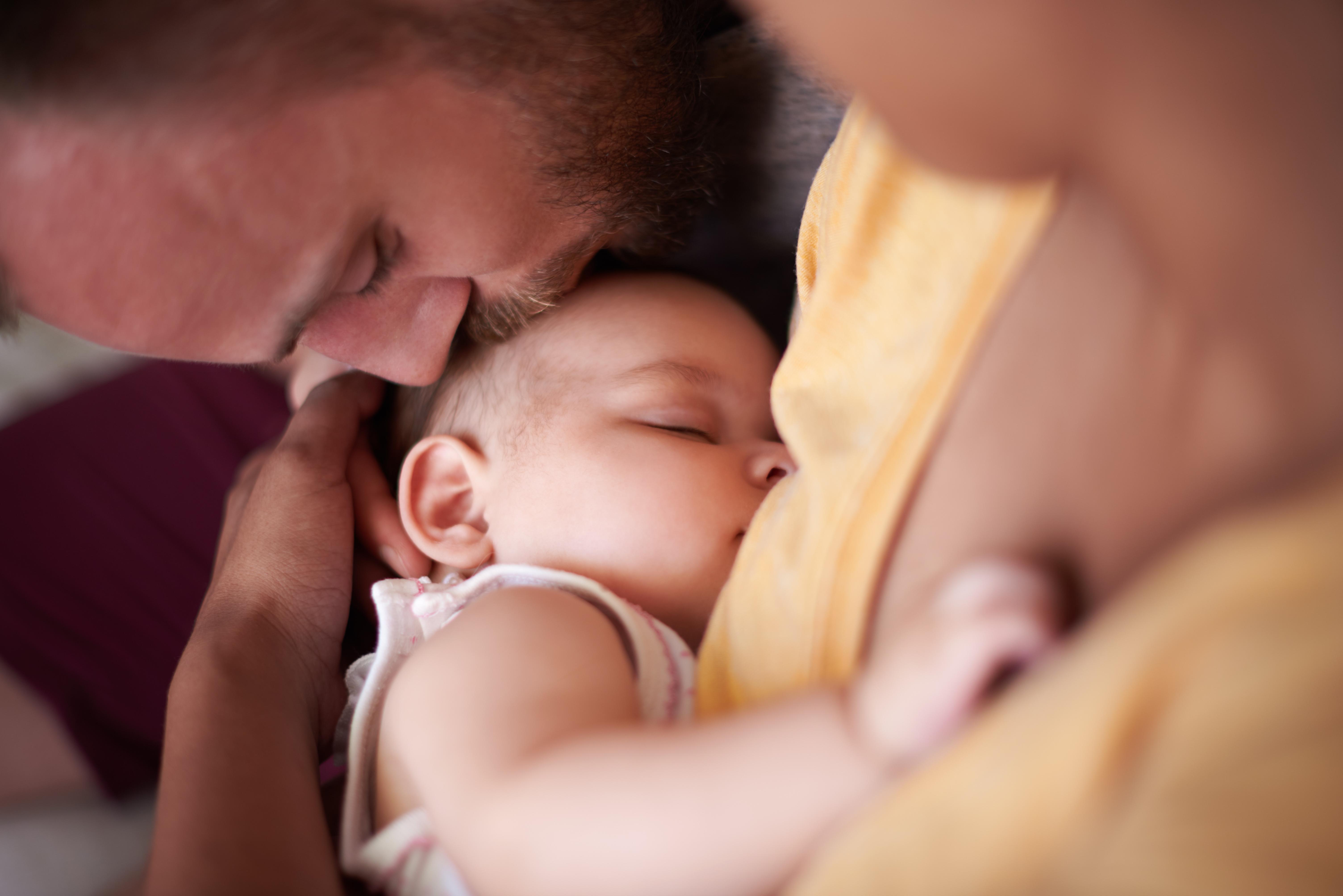 Eltern kuscheln mit ihrem Baby mit arabischem Mädchennamen