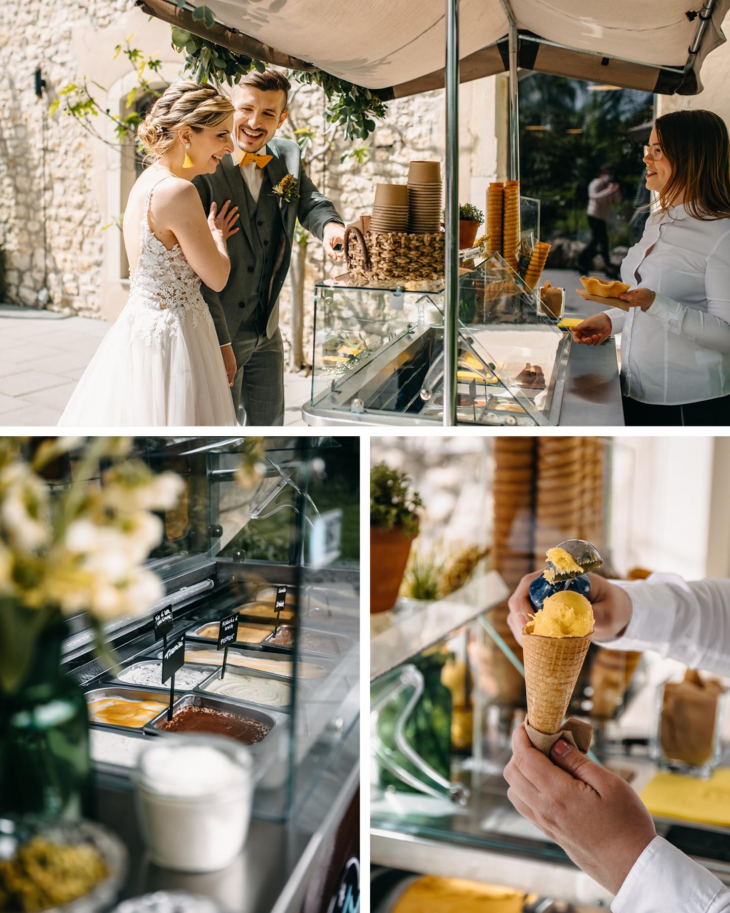Brautpaar bestellt lachend am Eiswagen ein Eis für ihre Sommerhochzeit am Weingut.
