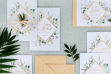 Hochzeitspapeterie in Weiß, Grün und Gold gehalten