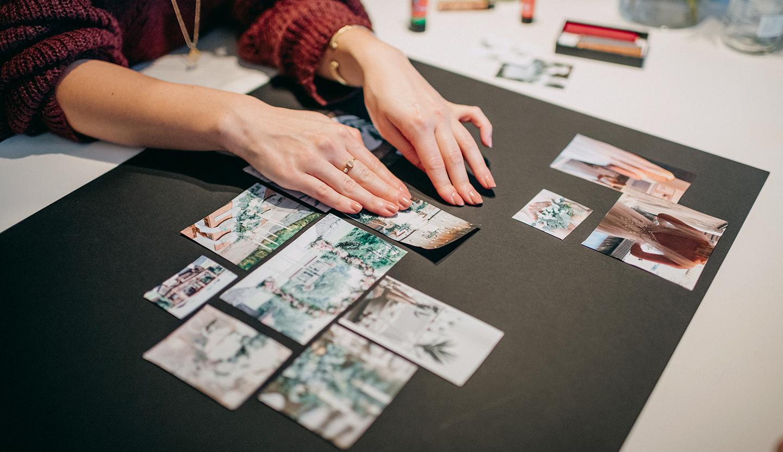 Ein Moodboard wird mit Papierauschnitten aus Hochzeitszeitungen erstellt.
