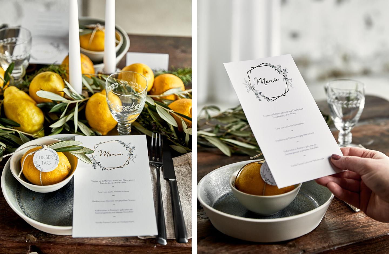 Hochzeitsmenü imGreenery Design liegt auf Hochzeitstafel aus rustikalen holz.