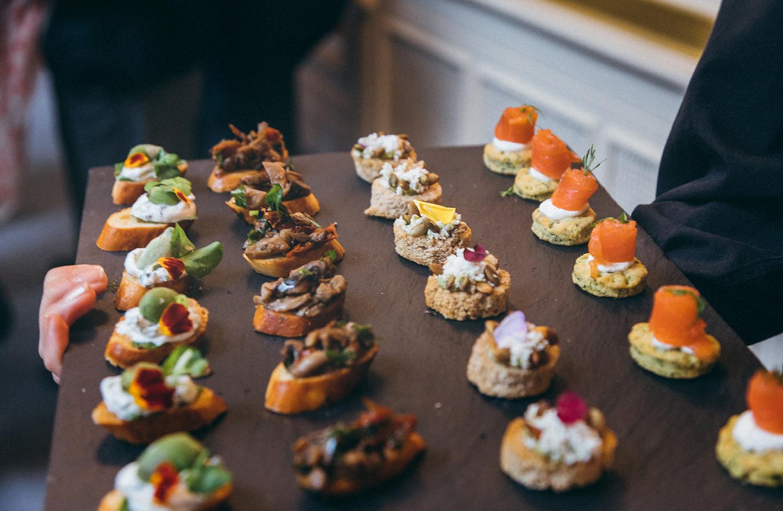 Amuse-Gueule wird vor dem Hochzeitsmenü von Kellner serviert.